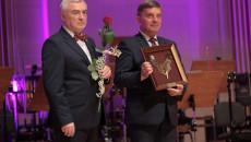 Od prawej: przewodniczący Sejmiku Województwa Andrzej Pruś trzyma nominację oraz marszałek Andrzej Bętkowski trzyma czerwoną różę