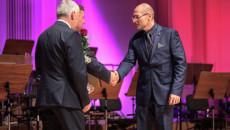 Wiceprezes Invexu odbiera gratulacje od przewodniczącego Sejmiku Andrzeja Prusia