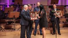 Przedstawiciel firmy STARPOL II Magdalena Dziwosz odbiera nominację do nagrody Świętokrzyska Victoria od przewodniczącego Sejmiku Andrzeja Prusia oraz marszałka Andrzeja Bętkowskiego