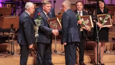 Przewodniczący Sejmiku Województwa gratuluje oraz wręcza nominację przedstawicielowi Wytwórczej Spółdzielni Pracy SPOŁEM z Kielc