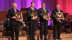 Od lewej: Mieczysław Bąk, profesor Jacek Semaniak, Jacek Jaworski, Władysław Zimny stoją na scenie z nominacjami do nagrody Świętokrzyska Victoria i różami w dłoniach