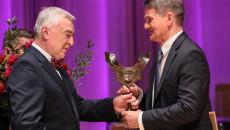 Marszałek Andrzej Bętkowski wręcza złotą statuetkę Nagrody Świętokrzyska Victoria profesorowi Jackowi Semaniakowi