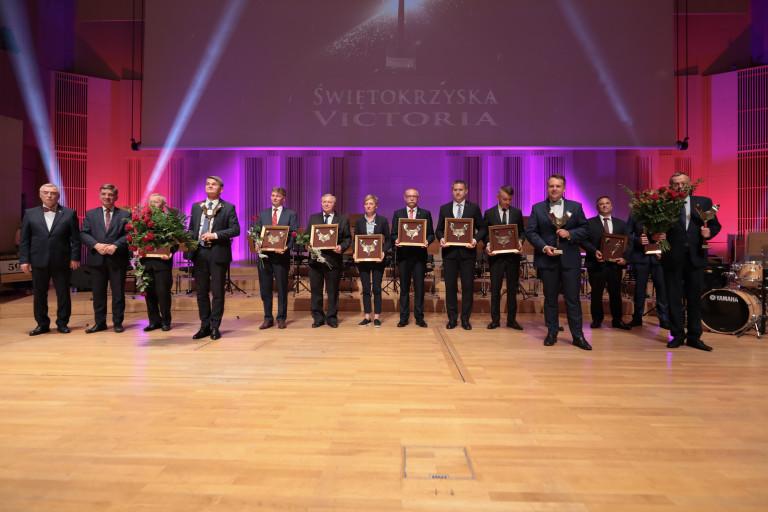Zwycięzcy oraz nominowani 13. edycji nagrody Świętokrzyska Victoria na scenie Filharmonii Świętokrzyskiej