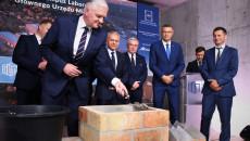 Jarosław Gowin Z Kielnią W Dłoni, Wkłada Zaprawę Do Czworokąta Z Cegieł, W Który Włożono Akt Erekcyjny