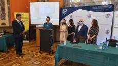 Zastępca Dyrektora Muzeum Wsi Kieleckiej odbiera nagrodę Idola Fundacji Szansa dla Niewidomych. Prezes Fundacji Marek Kalbarczyk wraz z trzema paniami, przedstawicielkami fundacji