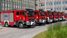 Kilka Wozów Strażackich Stoi W Rzędzie Przed Urzędem Wojewódzkim