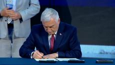 Marszałek Andrzej Betkowski Podpisuje Deklarację Lubelską