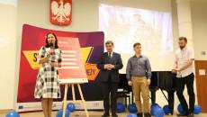 Marta Solińska Pela Przemawia Do Mikrofonu, Obok Stoi Andrzej Pruś Oraz Dwóch Chłopców