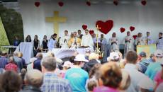 Ołtarz na otwartym powietrzu. Duchowni i młodzież. Złoty krzyż, dużo czerwonych serduszek. Przed ołtarzem, zgromadzeni wierni. Msza Święta, Koncelebrowana Pod Przewodnictwem Biskupa, Mariana Florczyka