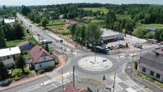 Widok z drona, zbliżenie na nowo wybudowane rondo skrzyżowania ulic Mickiewicza, Zagórska, Kielecka w Suchedniowie