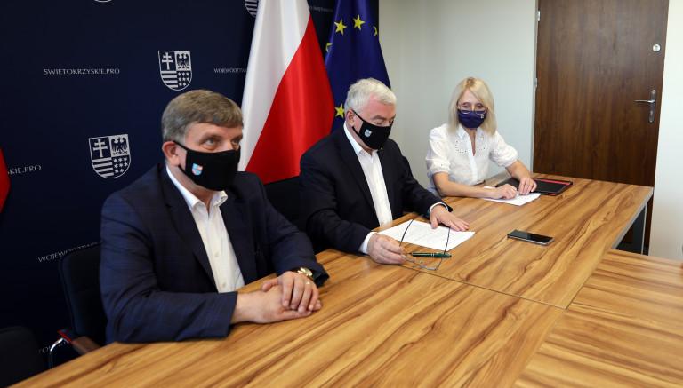 Przewodniczący sejmiku województwa, marszałek województwa i sekretarz kapituły nagrody podczas obrad