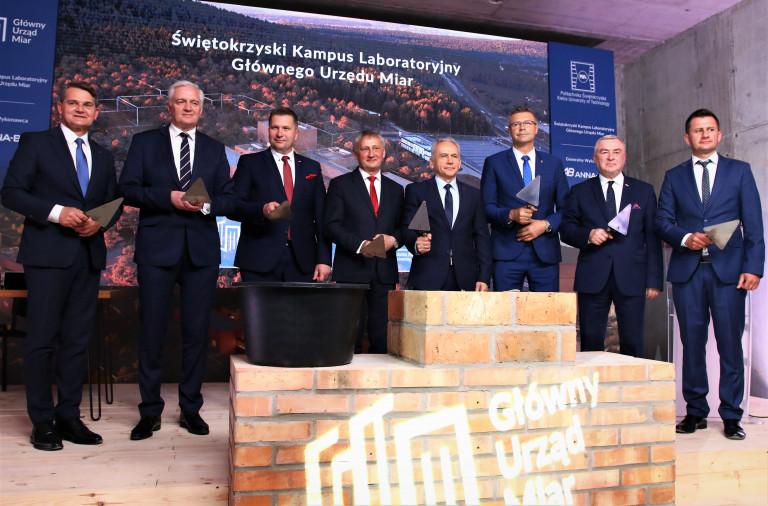 Od Lewej Stoją Z Kielniami W Dłoniach Jacek Semaniak, Jarosław Gowin, Przemysław Czarnek, Zbigniew Koniusz, Zbigniew Koruba, Bogdan Wenta, Andrzej Bętkowski.