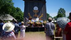 Msza święta. Wierni zgromadzeni przed Ołtarzem przy Kościele z Rogowa