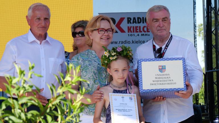 Andrzej Bętkowski i Marek Jońca przyznają nagrodę Agnieszce Wierzbickiej-Baxter