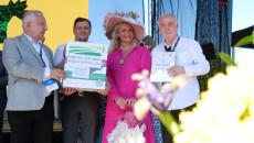 Nagroda dla Agnieszki Wysockiej za ocet jabłkowy. Na scenie między innymi nagrodzona i marszałek Andrzej Bętkowski