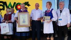 Andrzej Bętkowski i Marek Jońca nagradzają uczestników konkursu Jawor. Dwie uśmiechnięte gospodynie, dumnie prezentują przyznane nagrody