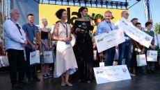 Rozstrzygnięcie konkursu Jawor. Na scenie między innymi uśmiechnięte kobiety i nagrodzeni, trzymający w ręku symboliczne czeki