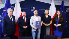 Pamiątkowy Dyplom Odbiera Piotr Kisiel