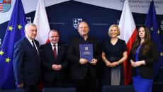 Pamiątkowy Dyplom Odbiera Ksiądz Krzysztof Banasik