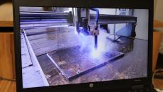 Ekran laptopa, zatrzymany film prezentujący nową maszynę do cięcia blachy