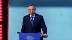 Przy mównicy z mikrofonem przemawia Prezydent RP Andrzej Duda. Samorządowy Kongres Gospodarczy, Drugie Forum Regionów Trójmorza