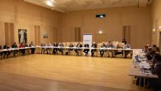 Sala W Filharmonii Świętokrzyskiej, Widok Ogólny. Za Stołami Siedzą Wszyscy Uczestnicy Posiedzenia Wrds