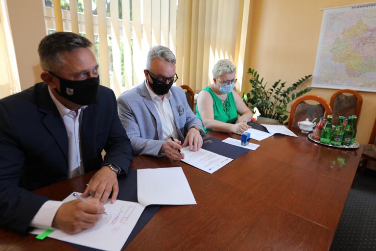 Tomasz Jamka Podpisuje Umowę Na Realizację ścieżki W Łagowie