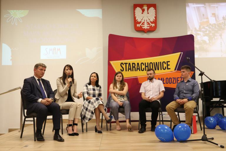 Uczestnicy Debaty W Starachowicach Pn. Jak Wspierać Młodzież W Realizacji Ich Pomysłów