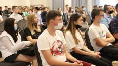 Uczestnicy Konferencji W Sali Urzędu Miasta Siedzą Na Krzesłach, Zdjęcie Zbiorowe