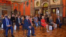 Szeroki plan Sali Lustrzanej Wojewódzkiego Domu Kultury w Kielcach. Uczestnicy Konferencji w siedzą w szeroko rozstawionych krzesłach