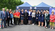 Uczestnicy Spotkania Pozują Do Pamiątkowego Zdjęcia Z Wicemarszałek Renatą Janik Oraz, Biskupem Marianem Florczykiem