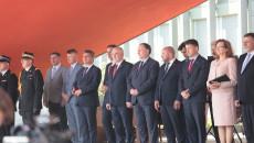 Uczestnicy Uroczystości Stoją Przed Urzędem Wojewódzkim