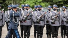 Komendant Wojewódzkiej Policji w Kielcach, nadinspektor doktor Jarosław Kaleta salutuje, stojącym na baczność funkcjonariuszom Policji