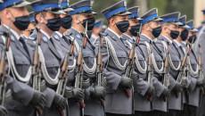 Funkcjonariusze Świętokrzyskiej Policji stoją na baczność na placu Wojewódzkiej Komendy