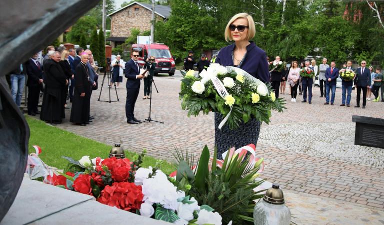 Wicemarszałek Renata Janik Składa Kwiaty Pod Pomnikiem Świętego Jana Pawła Drugiego W Masłowie