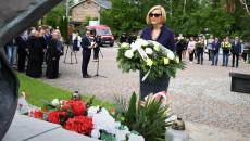 Wicemarszałek Renata Janik, Składa Kwiaty Pod Pomnikiem Świętego Jana Pawła Drugiego W Masłowie