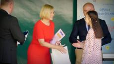 Wicemarszałek Renata Janik Wręcza Dyplom Laureatce Konkursu