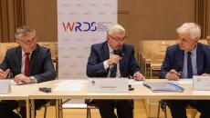 Za Stołem Siedzą Zbigniew Koniusz, Andrzej Bętkowski I Jerzy Wrona.
