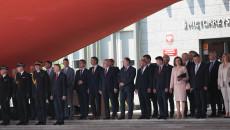 Zaproszeni Na Uroczystość Goście Stoją Grupowo Przed Wejściem Do Urzędu Wojewódzkiego