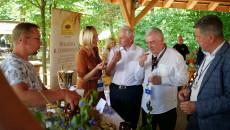 Renata Janik, Marek Jońca i Andrzej Bętkowski podczas degustacji konkursowych potraw na stoisku piekarni Dobrowolski