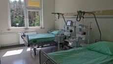 łóżka I Aparatura W Sali Zakładu Opiekuńczo Leczniczego