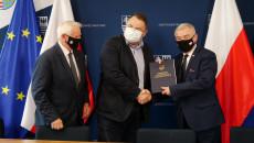 Marszałek Andrzej Bętkowski I Członek Zarządu Marek Jońca Przekazują Umowę Beneficjentowi