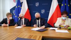 Podpisanie Umów Z Przedstawicielami Gminy Sędziszów Na Fotografii Marszałek Andrzej Bętkowski I Członek Zarządu Marek Jońca
