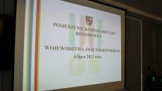 Ekran wyświetla planszę z napisem posiedzenie komisji odznaki honorowej. 6.07.2021