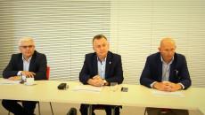 Obrady komisji. Za stołem siedzą Andrzej Swajda, Robert Jaworski i Marcin Perz