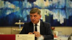 Andrzej Pruś, Przewodniczący Komisji Odznaki Honorowej siedzi za stołem na sali obrad