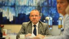 Wicemarszałek Marek Bogusławski siedzi przy stole na sali obrad