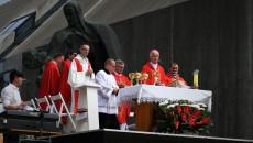 Ołtarz, a nanim księża odprawiający mszę