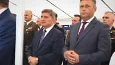 Andrzej Pruś i Tomasz Jamka stoją pod namiotem