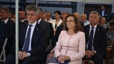 Senator Krzysztof Słoń i poseł Agata Wojtyszek siedzą w grupie uczestników uroczystości